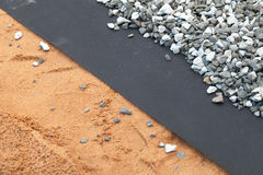 Geotextile warstwa między szarym żwirem i piaskiem obraz stock