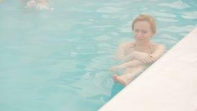 Geothermal Spa Χαλάρωση γυναικών στην καυτή λίμνη άνοιξη απόθεμα βίντεο