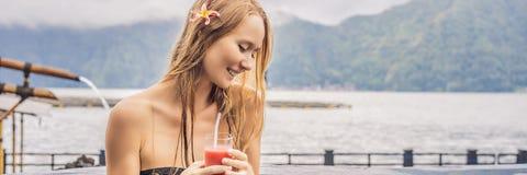Geothermal Spa Vrouw het ontspannen in hete de lentepool tegen het meer heet de lentesconcept De drinkende BANNER van het guavesa stock afbeelding
