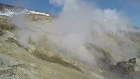 Geothermisch gebied, activiteit van de natuurlijke vulkanische hete lentes stock videobeelden