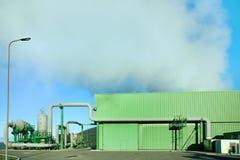 Geothermische energie. Een stoom die uit uit een installatie komt Royalty-vrije Stock Fotografie