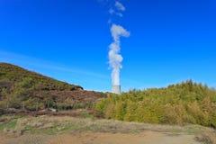 Geothermische energie. Koel toren. Stock Foto