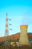 Geothermische energie, krachtcentrale. Koel toren Stock Foto's