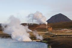 Geothermische Krachtcentrale en Helder Turkoois Meer in IJsland royalty-vrije stock fotografie