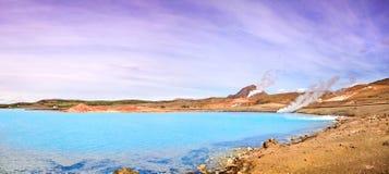 Geothermische Landschaft mit schönem Azurblaukratersee, Myvatn-Bereich, Island Lizenzfreies Stockbild