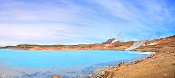 Geothermische Landschaft mit schönem Azurblaukratersee, Myvatn-Bereich, Island Stockfotografie