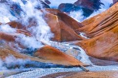 Geothrmal rökande fält med folk, Kerlingafjoll royaltyfria foton