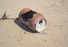 Geoxydeerd tin dat op het zand wordt gelegd royalty-vrije stock afbeelding
