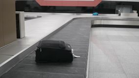 Gepäck auf dem Transportband stock video