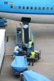Gepäck, das am Flughafen handhabt Stockfoto