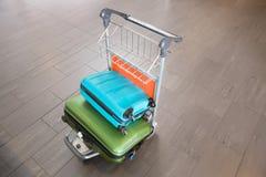 Gepäck in der Laufkatze am Flughafen lizenzfreie stockfotos