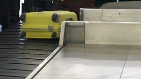 Gepäck reist auf ein Förderband am Flughafen stock video