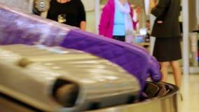 Gepäck reist auf ein Förderband im Flughafen stock video