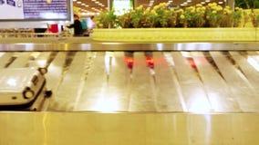 Gepäck reist auf ein Förderband im Flughafen 3840x2160 stock footage