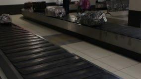 Gepäck reist auf Förderband am Flughafen stock footage