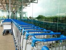Gepäck-Wagen im Flughafen-Bereich Stockfotos