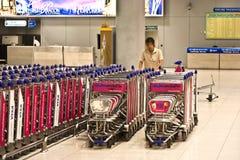 Gepäck-Warenkörbe an internationalem Flughafen Suvarnabhumi Stockfotografie