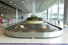 Gepäckaufnahmenkarussell am Flughafen Stockfotografie