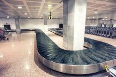 Gepäckausgabe des internationalen Flughafens Stockfotografie