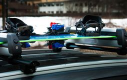Gepäckskigestell mit Snowboard und Ski auf einem Auto lizenzfreie stockfotografie