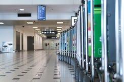 Gepäckwarenkörbe auf Flughafen Stockbilder
