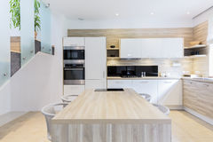 Gepaßte Küche in den hellen Farben Stockbild