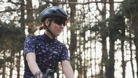 Gepaßter glücklicher Radfahrer beginnt ihre Ausbildungsfahrt Radfahrenkonzept