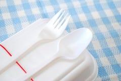 Gepackte Mahlzeit im weißen Behälter mit Geräten Stockfoto