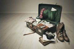 Gepackter Weinlese-Koffer Stockfoto