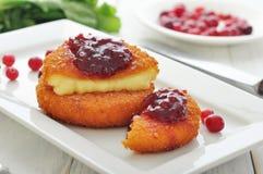 Gepaneerde en gebakken camembert Stock Fotografie