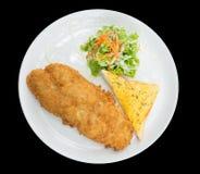 Gepaneerde gebraden die vissen met brood en Groente op de zwarte achtergrond met het knippen van weg, hoogste mening wordt geïsol Royalty-vrije Stock Afbeeldingen