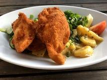 Gepaneerde gebraden kippensalade met de slasalade van het aardappelslam ` s stock foto's