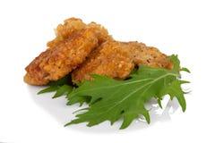 Gepaneerde kippenstokken met mitsunasalade op wit Stock Foto