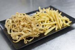 Gepaneerde pijlinktvis met gebraden gerechten Gastronomisch voedsel en haute keukenconcept stock fotografie