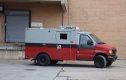 Gepantserd Vervoervoertuig die Beveiligd Contant geld vervoeren bij Daling van Plaatsen Royalty-vrije Stock Afbeeldingen