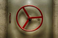 Gepantserde hermetische deur met rond handvat van oude sovjet ondergrondse bunker stock foto's