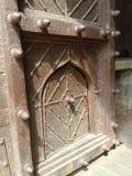 Gepantserde houten deur aan vesting Stock Foto