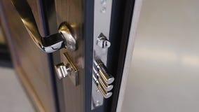 Gepantserde ingangsdeuren met cilinderslot en het handvat van de ijzerdeur stock video