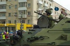 Gepantserde personeelsdrager met een bemanning op een stadsstraat na de Victory Day-parade stock foto