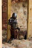 Gepantserde ridder met zwaarden stock foto