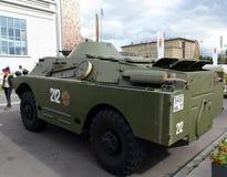 Gepantserde verkenning en patrouillewagen brdm-2 bij de tentoonstelling van militaire uitrusting stock afbeelding