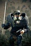 Gepanzerter postnuclear Kämpfer mit einer Gewehr Stockfoto