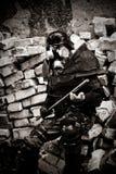 Gepanzerter postnuclear Krieger mit einem Metallklumpen Lizenzfreies Stockfoto