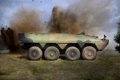 Gepanzertes Fahrzeug im Kampf lizenzfreie stockbilder