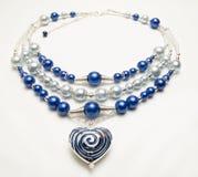 Geparelde halsband met harttegenhanger Stock Foto's