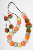 Geparelde halsband van kleurrijke parels op de witte achtergrond Royalty-vrije Stock Afbeelding
