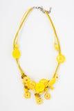 Geparelde halsband van kleurrijke parels op de witte achtergrond Stock Fotografie