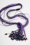 Geparelde halsband van kleurrijke parels op de witte achtergrond Stock Afbeeldingen