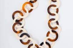 Geparelde halsband van kleurrijke parels op de witte achtergrond Royalty-vrije Stock Fotografie