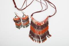Geparelde halsband van kleurrijke parels op de witte achtergrond Royalty-vrije Stock Afbeeldingen